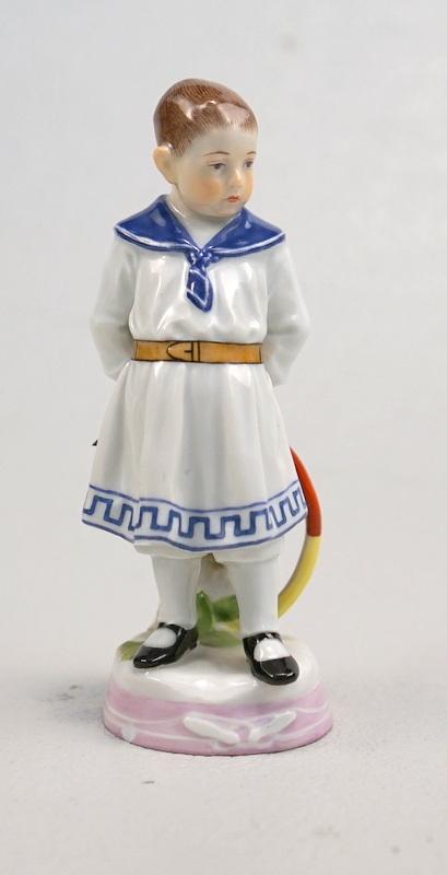 Königl. Meissen: Knabe im Matrosenkostüm mit Reifen, Entw. Alfred König, verkauft für 764,22 EUR